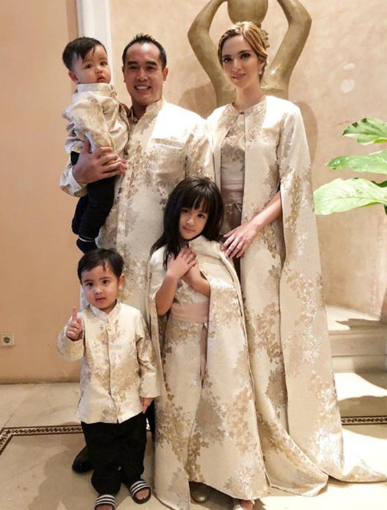 Ibu gaul Nia Ramadhani dan keluarga kecilnya, liputan6.com