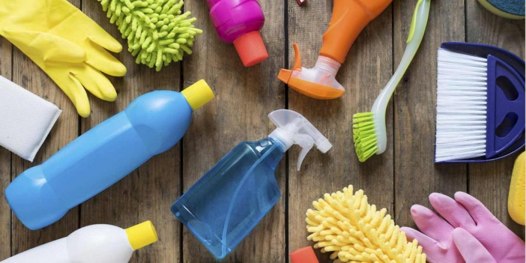 Membersihkan perabot rumah
